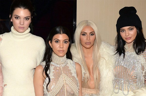 """Кендалл Дженнер призналась, что комплексовала из-за сестер: """"У них была грудь, а у меня нет!"""""""