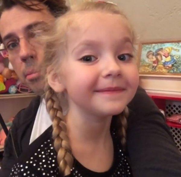 Максим Галкин разболтался с дочкой Лизой по-французски