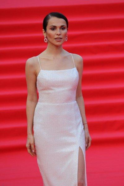 «ММКФ-2019»: Сати Казанова в платье с высоким разрезом