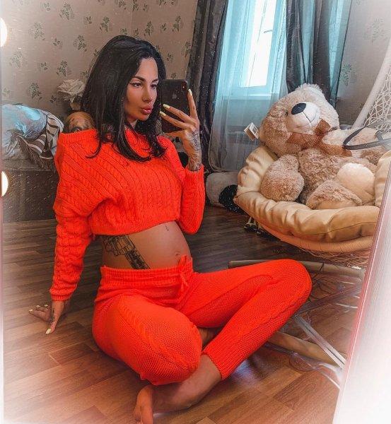 Беременная Саша Кабаева показала плоский животик