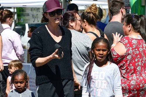 Шарлиз Терон с детьми закупается на рынке