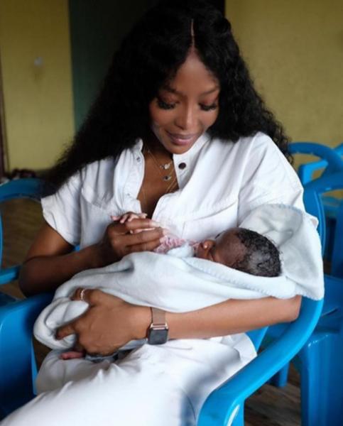 Наоми Кэмпбелл обновила блог снимком с новорожденным малышом