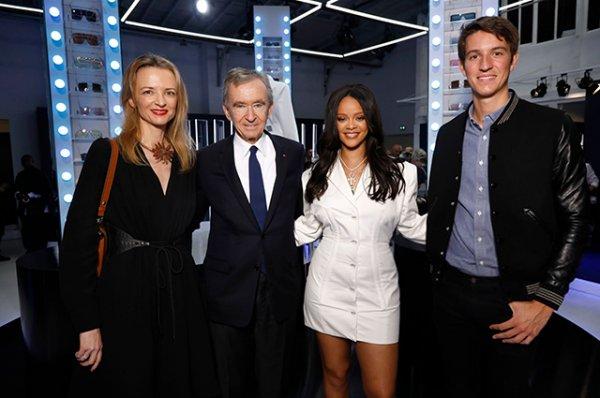 Рианна в белоснежном мини-платье представила свою коллекцию одежды в Париже