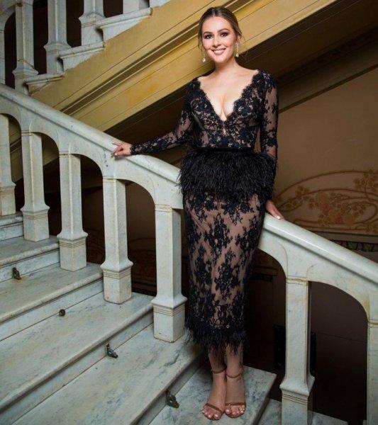 Мария Кожевникова сверкнула грудью в платье с глубоким декольте