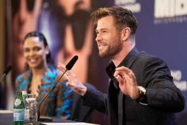 """Warm reception for """"Men in black"""": Chris Hemsworth and Tessa Thompson in Moscow"""