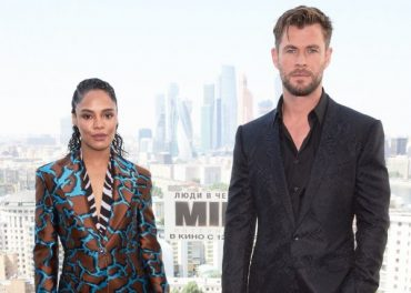Chris Hemsworth and Tessa Thompson on fotocelle with incredible views of Moscow