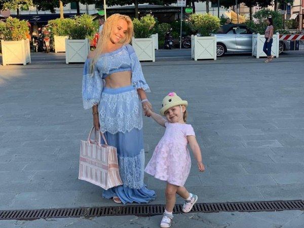 Пелагея обновила блог снимком подросшей дочки и показала стройную фигуру