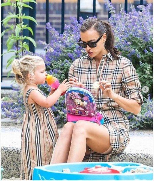 Ирина Шейк вместе с дочерью попала в объективы фотографов в Нью-Йорке