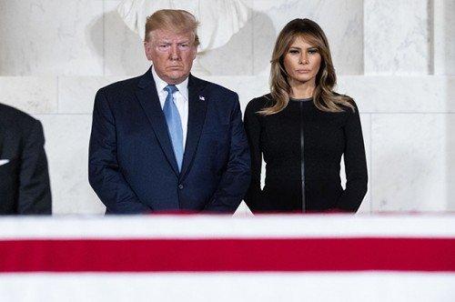 Мелания и Дональд Трамп почтили память американского судьи Джона Пола Стивенса