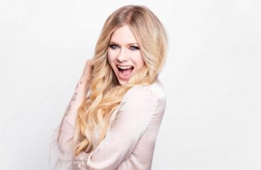 Avril Lavigne has starred in an unusual photo shoot for Cosmopolitan Japanese
