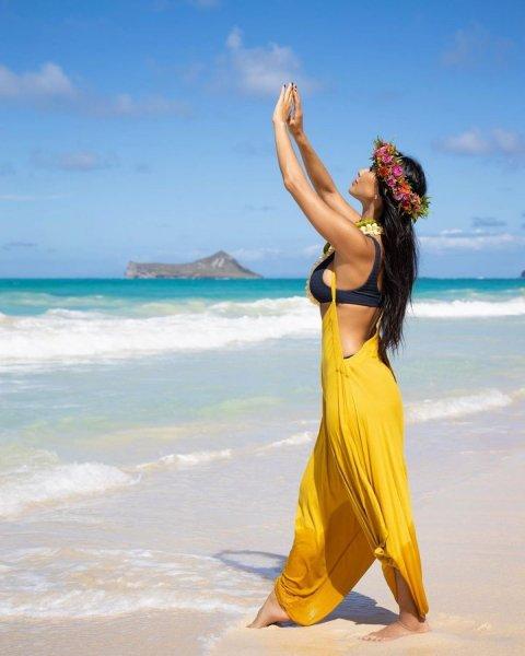 Николь Шерзингер устроила солнечную фотосессию на Гавайях