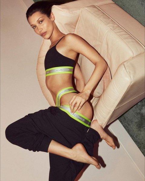 От стального пресса Наоми Кэмпбелл к мягким формам Бетт Дитто: «Calvin Klein» выпустили проморолик новой коллекции белья
