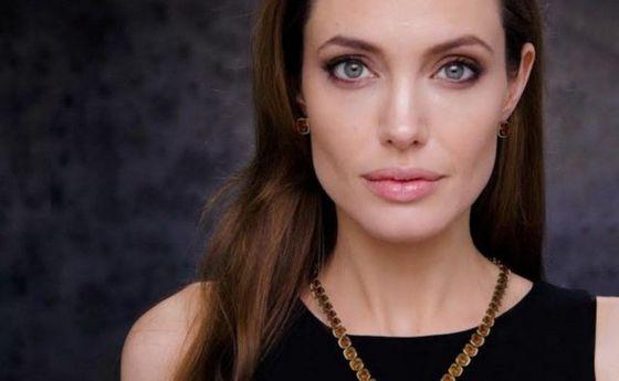 Домик в глуши: Анджелина Джоли показала дом в Камбодже