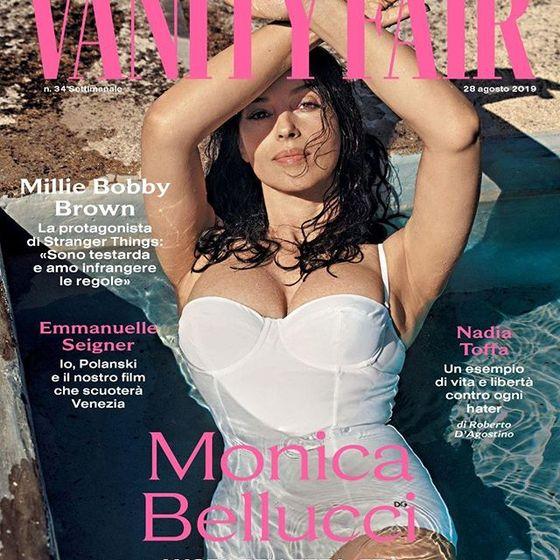 Моника Беллучи покрасовалась пышной грудью в купальнике