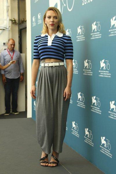 От трикотажа в полоску до вечернего платья: два образа Скарлетт Йоханссон