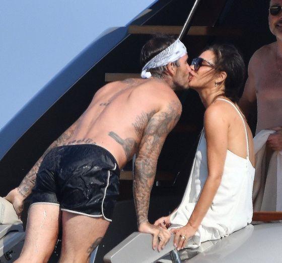 Дэвид Бекхэм слился в страстном поцелуе с женой