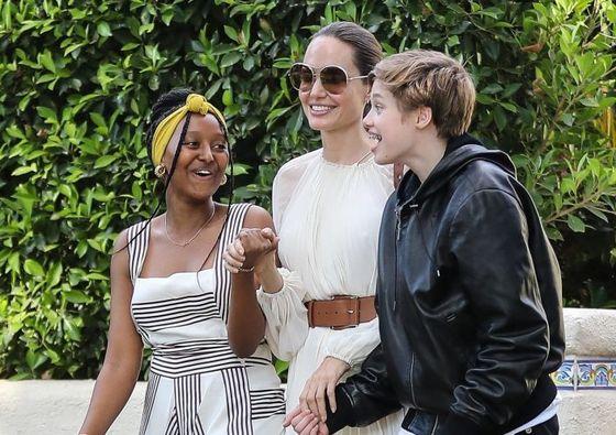 Анджелина Джоли на прогулке с детьми. Дочь актрисы надела ее платье