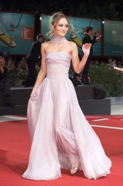 Пара или нет: Лили-Роуз Депп и Тимоти Шаламе на премьере в Венеции