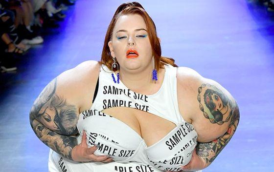 155-килограммовая plus-size модель потрясла грудью на подиуме в Нью-Йорке