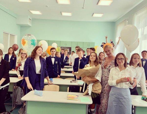 Анастасия Волочкова не стала надевать нижнее бельё для встречи с одноклассниками дочери