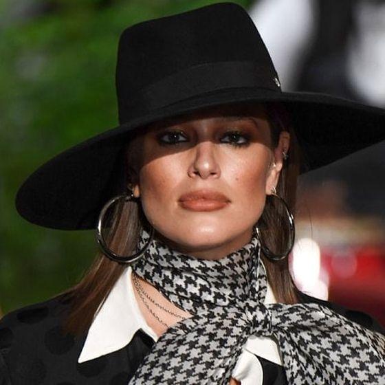 Беременная Эшли Грэм вышла на подиум Нью-Йоркской недели моды