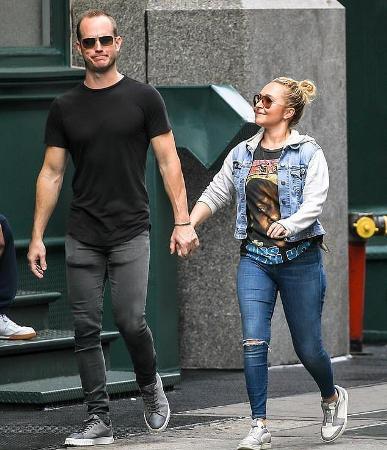 Хайден Панеттьери гуляет по Нью-Йорку с братом бывшего парня