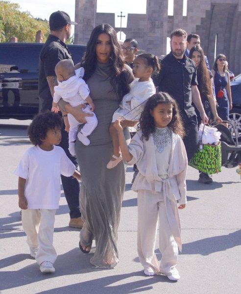 Ким Кардашьян покрестила своих детей в Ереване: первые фото