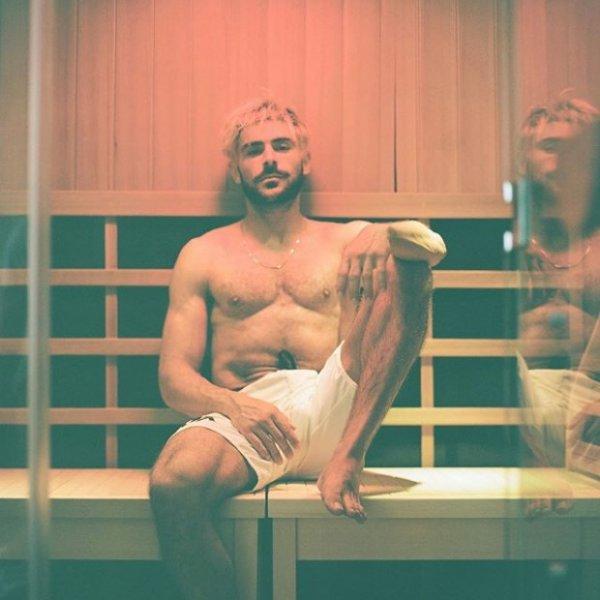 Зак Эфрон рекламирует сауну и идеальное тело