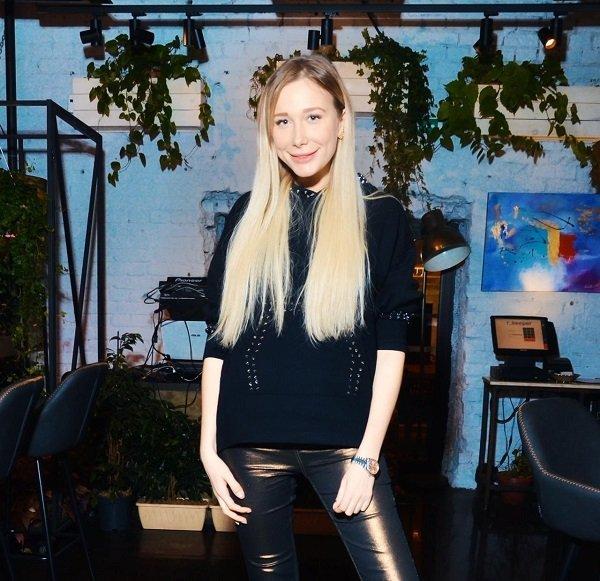 Певица и блогер Карина Кросс устроила гастрономический батл