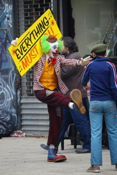 Хоакин Феникс поразил публику, лично представив «Джокера» обычным зрителям