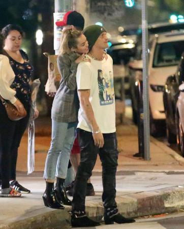 Майли Сайрус рассказала, почему заводила отношения с девушками