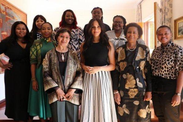 Неожиданный сюрприз! Принц Гарри посещает школу в Малави, Меган присоединяется к ним по скайпу