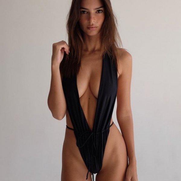 Эмили Ратаковски снова оголилась на пляже