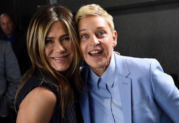 Дженнифер Энистон поцеловалась с телеведущей в эфире ток-шоу