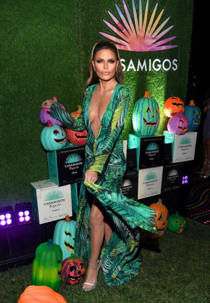 Лиза Ринна и другие знаменитости на вечеринке «Казамигос» («Casamigos») в честь Хэллоуина в 2019 году