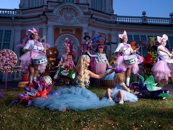 «Королева игрушек» Алиса Лобанова стала феей в клипе Тимати