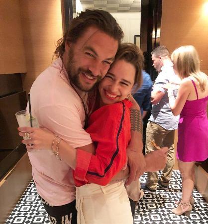 Эмилия Кларк подарила Джейсону Момоа на День рождения настоящую ванну