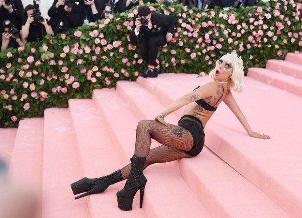 Босая Леди Гага прибыла на свадьбу подруги в розовом платье и розовыми волосами
