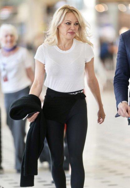 Памела Андерсон в прозрачной футболке ошеломляет Австралию