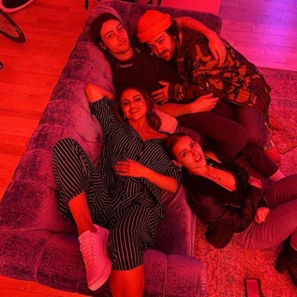 Селена Гомес тусила всю ночь на вечеринке в стиле 90-х с Камилой Кабелло и Шоном Мендесом