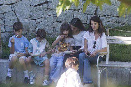 Пенелопа Круз вместе с мужем и детьми отдыхает в Мадриде