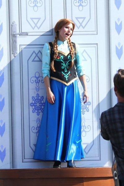 Идина Мензель, Кристен Белл и Джонатан Грофф одеваются в образы своих персонажей с Джеймсом Корденом