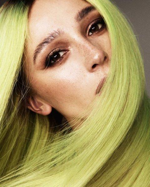 Настя Ивлеева покрасила волосы в неоновый цвет