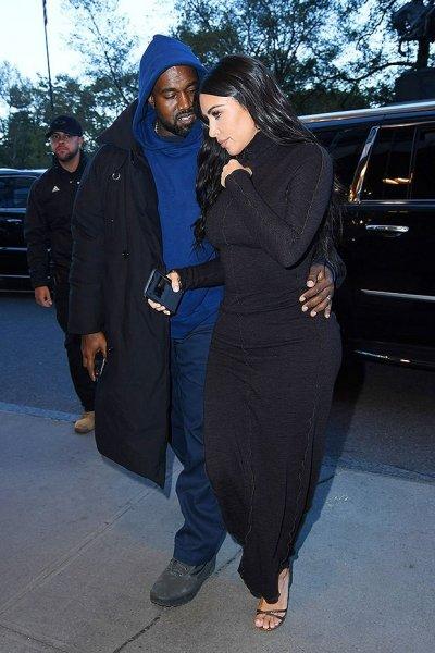 Ким Кардашьян одела плотно облегающие кожаные брюки с джинсовой тканью