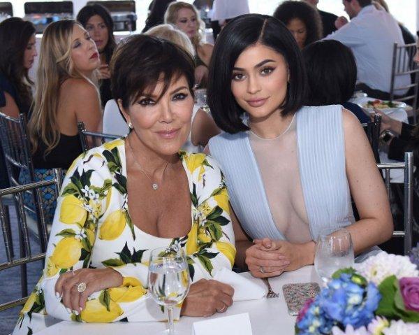 Крис Дженнер обсуждает с дочерью Кайли продажу контрольного пакета «Kylie Cosmetics» за $ 600 млн долларов