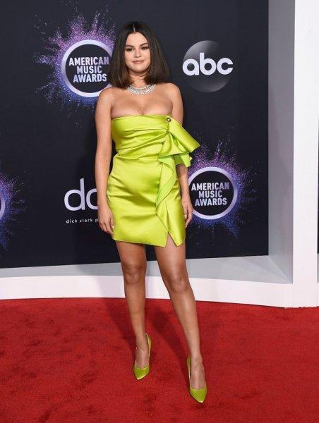 Самые яркие проходы звезд по красной ковровой дорожке на церемонии награждения «American Music Awards of 2019»