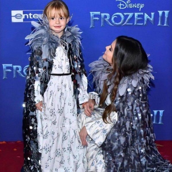 Селена Гомес вместе с 6-летней сестрой Грейси на премьере анимационного фильма «Холодное сердце-2»