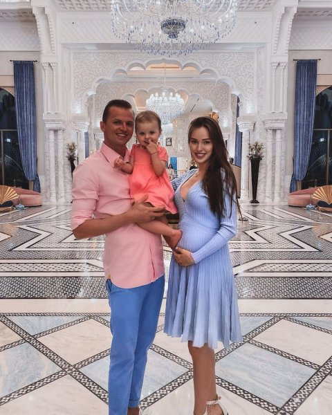 Беременная Анастасия Костенко не боится интенсивного загара