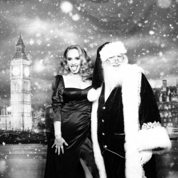 Адель демонстрирует невероятную фигуру в праздничном платье на своей рождественской вечеринке
