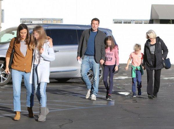 Бен Аффлек и Дженнифер Гарнер наслаждаются семейным отдыхом со всеми тремя детьми